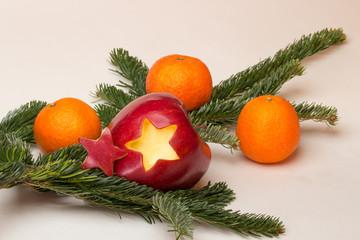 Apfel mit Stern, Mandarinen und Tannenzweig