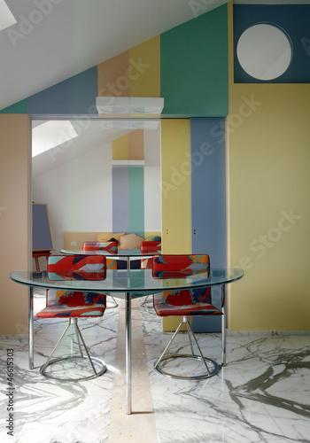 tavolo da pranzo di vetro nel soggiorno moderno