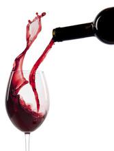 Wlewanie wina czerwonego w szkle