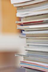 Viele Zeitschriften auf einem Stapel