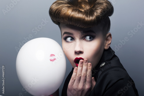 Expression. Surprised pin-up shopper girl with balloon