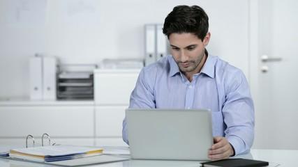 lächelnder geschäftsmann arbeitet am laptop