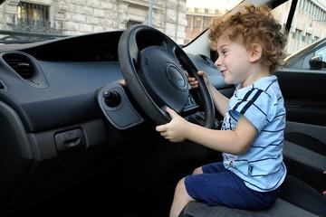 bimbo alla guida