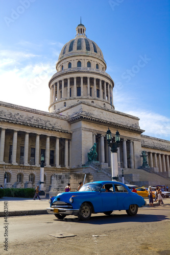 Foto op Canvas Cubaanse oldtimers Traffic on Old Havana. Capitolio, Cuba