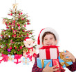 kind mit geschenken vorm christbaum