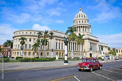 In de dag Cubaanse oldtimers Classic cars in front of the Capitol in Havana. Cuba