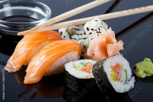 sushi-z-sosem-i-paleczkami