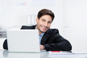 lächelnder geschäftsmann mit laptop
