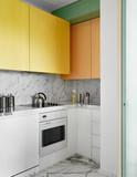cucina moderna con pensili colorati