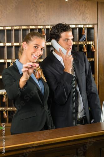Rezeption im Hotel - Rezeptionistin