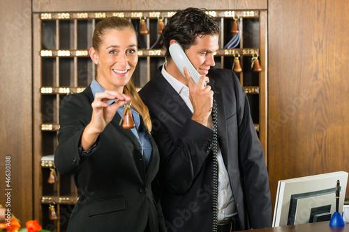 Rezeption im Hotel - Frau mit Schlüssel