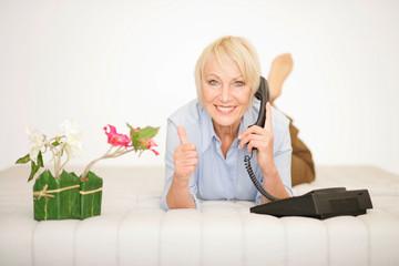 Fröhliche Dame beim Telefonieren