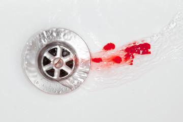 Blut im Abfluss mit Wasser
