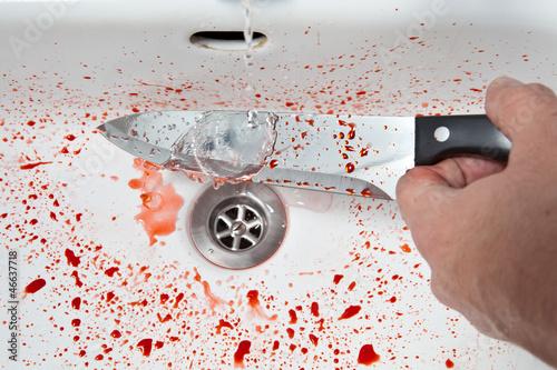 Blutiges Messer waschen