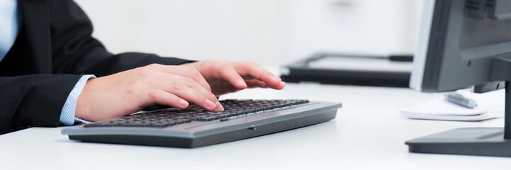 schreiben auf einer tastatur