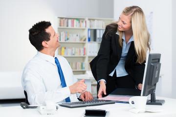 freundliches mitarbeitergespräch