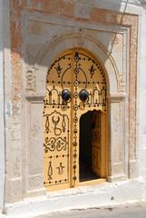 porte jaune cloutée de Zaghouan