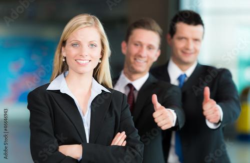 Business-Gruppe mit Daumen hoch
