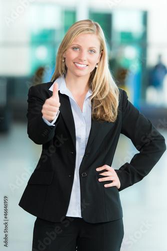 Business-Frau zeigt Daumen hoch