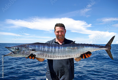 Pêcheur tenant un magnifique wahoo - 46647147