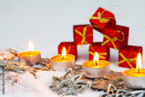 Adventsdekoration mit Geschenkpäckchen