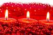 Schneesterne über rotem Kerzenschein