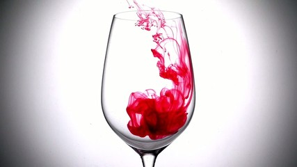 бокал с красной жидкостью