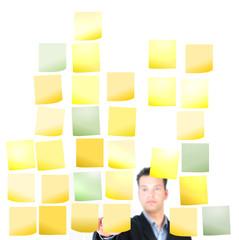 Mann mit Aufgabenzetteln - Organisieren, Planen