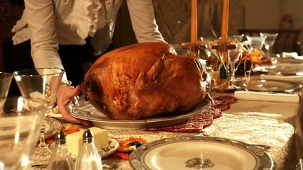 праздничный стол с жареной курицой