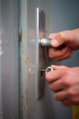Alte Tür wird verschlossen