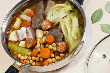 Cocido de garbanzos, carnes y hortalizas, potaje