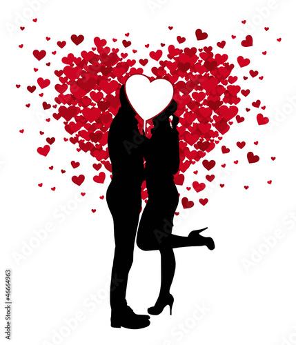 Paar küsst sich hinter weißem Herz
