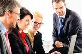 Leute im Büro arbeiten als Team zusammen