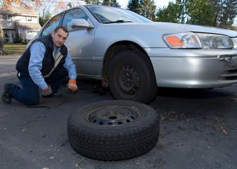 Autoreparatur - mechanic repairs car