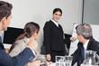 Geschäftsfrau hält Präsentation vor Team