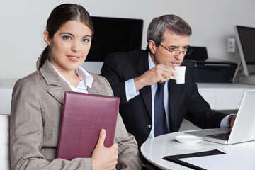 Assistentin sitzt neben Manager