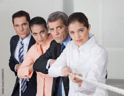 Leute im Büro beim Tauziehen