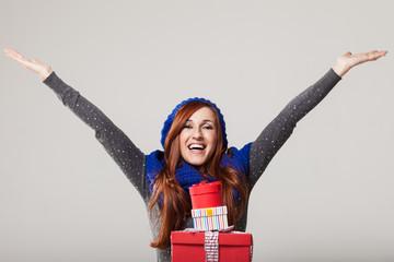 Hübsche Frau freut sich über ein Geschenke