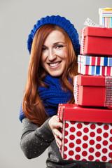 Frau mit Blauer Mütze freut sich über Geschenke