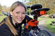 Junge Frau mit Fahrrad-Rückleuchte