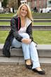 Junge Frau im Stadtpark
