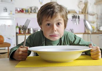Junge verweigert Essen