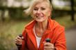 Aktive Renterin beim Walken