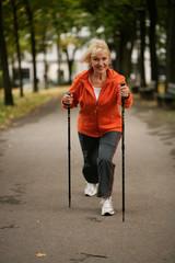 Aktive ältere Dame beim Walken