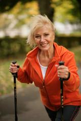 Ältere sportliche Dame