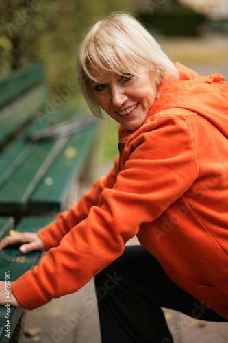 Ältere Frau beim dehnen im Park