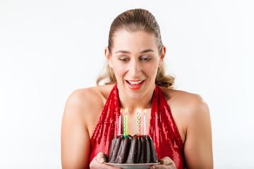 Frau hat Geburtstag Torte mit Kerzen