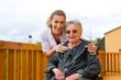 Alter und Pflege - Pflegerin und eine Seniorin im Rollstuhl