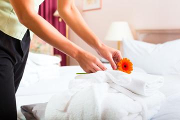 Frau beim Zimmerservice im Hotel