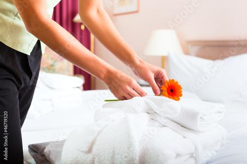 Frau beim Zimmerservice im Hotel - 46719320